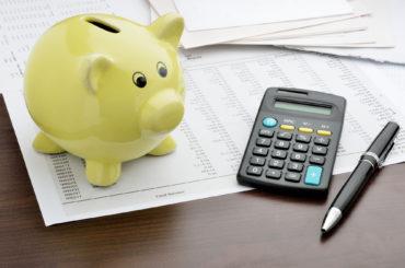 świnka skarbonka i kalkulator