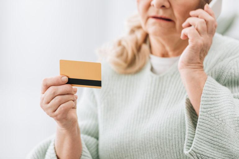 karta kredytowa starsza osoba
