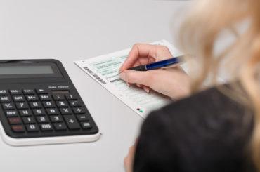 kobieta liczy podatki